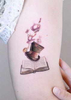 art tattoo awesome Alice In Wonderland inspired tattoo for literature lovers tattoo artist Edit Paints Tattoo edit_paints Mini Tattoos, Body Art Tattoos, Small Tattoos, Sleeve Tattoos, Disney Tattoos Small, Tattoo Disney, Tattoos Skull, Tatoos, Bookish Tattoos