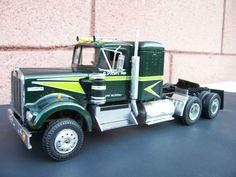 KENWORTH 1/25 SCALE MODEL TRUCK. Big Rig Trucks, Mini Trucks, Plastic Model Kits, Plastic Models, Model Truck Kits, Truck Scales, Kenworth Trucks, Retro Toys, Best Model