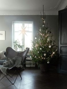 Looking for Amazing Christmas Living Space Ideas for your Home? Maybe some recommendations from our team can be inspire, enjoy. Natural Christmas, Simple Christmas, Beautiful Christmas, Christmas Holidays, Minimalist Christmas Tree, Christmas Design, Merry Christmas, Christmas Feeling, Scandinavian Christmas