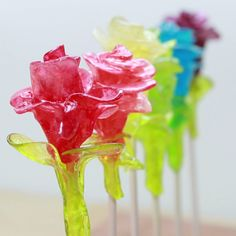 Turn hard candies into these beautiful roses—it's easier than you'd think! Turn hard candies into these beautiful roses—it's easier than you'd think! Food Crafts, Diy Food, Diy And Crafts, Summer Crafts, Comida Diy, Snacks Für Party, Party Drinks, Cute Food, Creative Food