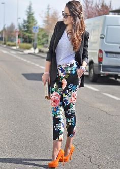 Love the floral pants with the white tee ad black blazer! The orange heels bring it all together Floral Fashion, I Love Fashion, Fashion Pants, Passion For Fashion, Fashion Fashion, Moda Outfits, Trendy Outfits, Cute Outfits, Costume