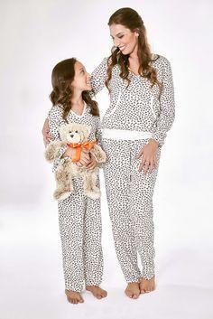 Pijama em malha, manga longa e bolso modelagem canguru. Confortável, prático e com lindas estampas. Disponível para a mamãe e também para a filhinha!