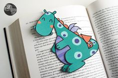 Dragon bookmarker by glòria fort _ studio on Creative Bookmarks, Corner Bookmarks, Bookmarks Kids, Handmade Bookmarks, Bookmark Craft, Origami Bookmark, Craft Stick Crafts, Paper Crafts, Craft Sticks