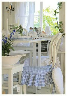 This pretty blue and white color scheme is both cheerful and soothing...