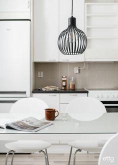 Yksinkertaisen keittiön katseenvangitsijana on kaunis valaisin. #keittiö #keittiökaapit #valaisin #sisustusinspiraatio #sisustus