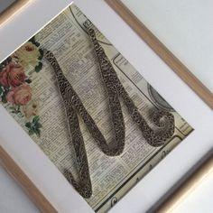 Initiale M en paperolles - quilling - vintage - vieux papiers - poésie - shabby - brocante - DANS.MABESACE - www.dansmabesace.com