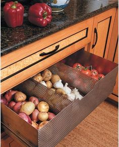 Ventilated drawer to store non-refrigerated foods (tomatoes, potatoes, garlic, onions). Great idea in a pantry