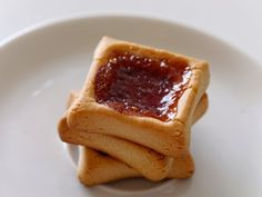 Jam Squares Entire recipe makes 16 servings Serving size is 1 cookies Each serving = 3 Smart Points PER SERVING: 85 calories; Cool Whip Desserts, Light Desserts, Easy Desserts, Delicious Desserts, Dessert Recipes, Jam Cookies, Shortbread Cookies, Biscuits, Weight Watchers Desserts