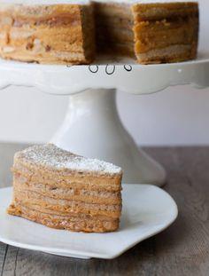 Las tortas de panqueques son de las favoritas de todos en Chile, acá te enseño una receta simple y más rápida para hacerlas en casa. Chilean Desserts, Chilean Recipes, Chilean Food, Sweets Cake, Vanilla Cake, Tea Time, Banana Bread, Pancakes, French Toast