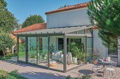 Les vérandas d'aujourd'hui sont des espaces de créativité où se mêlent audace et design. Avec son jeu de lignes de fuite qui créé de jolies perspectives et sa toiture débordante, l'originalité du style d'Architekt témoigne de ce bel esprit d'innovation.