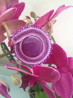 Spilla in soutache con pietra naturale rosa