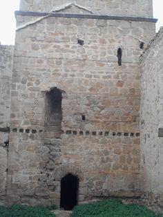 Jumela. Iglesia. Huecos y puerta de la torre.