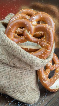 Bretzel o Pretzel, ricetta originale tedesca - Bakery Recipes, Bread Recipes, Cooking Recipes, Soft Pretzels, Antipasto, Sweet And Salty, International Recipes, Finger Foods, Food And Drink