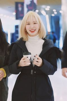 K-Pop idols are always switching up their looks, and they're always killing it! Here are 15 female idols who rocked short, blonde hair like no one else! Seulgi, Blonde Hair Korean, Bleach Blonde Hair, Good Girl, Wendy Red Velvet, Velvet Shorts, Airport Style, Airport Fashion, Irene