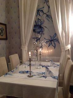 Restaurant Kenkävero in Mikkeli, Finland. Fabrics with flower pattern by Finnish fashion designer Jukka Rintala | Kenkävero - salissa 6 erilaista huonetta. Tämä kuva salista.