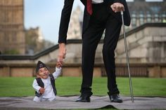 World's tallest man meets world's smallest man for...