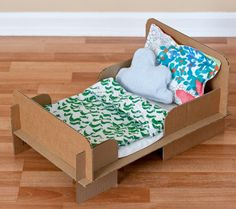 DIY Cardboard Bed on a smaller scale for her future doll house. Easy Crafts For Kids Fun, Diy For Kids, Kids Crafts, Doll Furniture, Dollhouse Furniture, Diy Lit, Homemade Beds, Diy Karton, Cardboard Toys