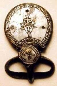 Boucle de ceinturon, musée municipal de Laon.- GRIFFON. Griffon ou GRIPPON (v 726-753) est une prince carolingien, fils de CHARLES MARTEL maire du palais d'Austrasie, de Neustrie et de Bourgogne et duc des Francs, et de sa 2° épouse, la princesse bavaroise SWANAHILDE.