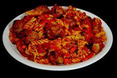 pasta roja con albondigas y vegetales