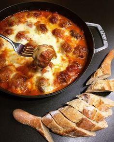 with mozzarella . Tapas out of the oven Meatball-baked with mozzarella . Tapas out of the oven Meatball Bake, Healthy Snacks, Healthy Recipes, Pork Recipes, Juice Recipes, Eating Healthy, Healthy Cooking, Albondigas, Cravings