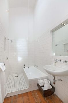 Douche italienne et baignoire dans une petite salle de bains