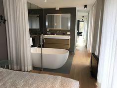 open badkamer met gordijnen van wit linnen   Badkamers   Pinterest ...