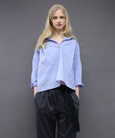 シワ加工したルックスがカジュアルな印象のタイプライターシャツです。襟ぐりはあえて後ろにデザインして・・・