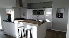 Moderne en strakke keuken opgeleverd door Keukensale. Een combinatie van Hooglans wit, zwart blad en een houten bar. #keuken #eiland #strakkekeuken Interior, Kitchen, Modern, Table, Furniture, Home Decor, Homestead, Cooking, Trendy Tree