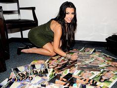 """Gente, essa família é sem noção mesmo, né? E esta, pra mim, é a pior de todas: esta foto in-crí-vel da Kim Kardashian em uma posição """"descontraída"""" foi tirada dentro do quarto do hotel que ela está hospedada em Nova York, enquanto ela, displicentemente, autografava fotos suas (de biquíni, claro) para seus incontáveis fãs (sem …"""