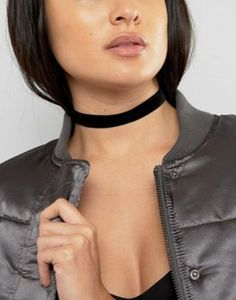 Collar estilo gargantilla con diseño aterciopelado sencillo de ASOS