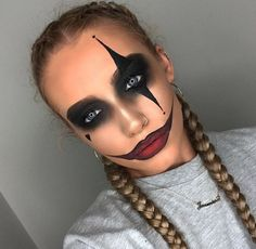 Are you looking for ideas for your Halloween make-up? Browse around this site for cute Halloween makeup looks. Disfarces Halloween, Halloween Zombie Makeup, Maquillage Halloween Clown, Scary Clown Makeup, Simple Halloween Makeup, Clown Halloween Costumes, Halloween Inspo, Haloween Makeup, Jester Costume