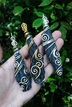 These beautiful black kyanite crystals are wrapped in silver/gold plated copper wire. Black kyanite aligns the chakra system, primarily working with the root chakra, offering grounding and protection. Raw Crystal Jewelry, Sea Glass Jewelry, Wire Jewelry Designs, Jewelry Crafts, Wire Wrapped Pendant, Wire Wrapped Jewelry, Bijoux Wire Wrap, Wire Wrapping Crystals, Homemade Jewelry