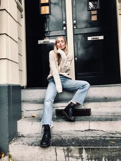 Daily outfit by Anita Heath in Amsterdam. Outfit and fashion inspiration with Levi's jeans and Dr Martens boots. Dr. Martens, White Doc Martens, Doc Martens Style, Doc Martens Boots, Outfits With Doc Martens, Amsterdam Street Style, Amsterdam Outfit, Summer Dress Outfits, Fall Outfits