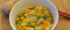 Unser Rezept für eine vegane Reisnudelsuppe mit viel Gemüse. Sehr lecker!