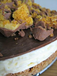 Cadbury Crunchie Cheesecake Yummy Treats, Delicious Desserts, Sweet Treats, Yummy Food, Tasty, Crunchie Recipes, Wedding Sweets, Cheesecake Desserts