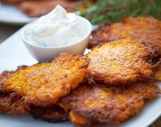 Placki marchewkowe: 5 (ok. 600 g) marchewek, 2 jajka, ok. 110 g mąki pszennej, sól, olej lub oliwa do smażenia. Marchew zetrzyj na tarce o dużych oczkach. Dodaj jajka, sól, wymieszaj, stopniowo, nie przerywając mieszania, dodawaj mąkę, aż masa konsystencją będzie przypominac ciasto na placki ziemniaczane. Na patelni rozgrzej oliwe, nakładaj placki. Smaż z obu stron na złotor. Odsącz z nadmiaru tłuszczu na ręczniku papierowym.