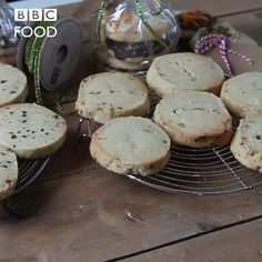 The easiest Christmas shortbread you will ever make. Make Christmas gifts and presents for friends and family with a mixture of white chocolate and pistachio, chocolate orange and chai shortbreads. Christmas Snacks, Xmas Food, Christmas Cooking, Christmas Cakes, Food Christmas Presents, Christmas Oranges, Christmas Baking Gifts, Diy Christmas, Shortbread