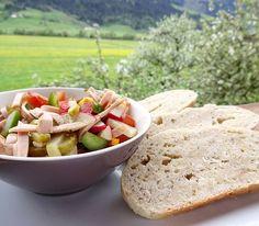 Zum Abendessen gibts jetzt Gemüse-Wurstsalat mit selbstgebackenen Brot nomnom   225g Dinkelmehl 200g griechisches Joghurt/Buttermilch oder Naturjoghurt Etwas Natron oder Backpulver Salz Brotgewürz und Glücksgewürz von @sonnentor   alle Zutaten ordentlich verkneten einen Brotlaib formen und auf ein Backpapier geben. Mit einem Messer oben ein Kreuz einschneiden und bei 200 Grad Ober/Unterhitze 25 Min. backen. Rezept von @sunny_knows #brot #backen #dinner #abendessen #food #essen #foodshare…