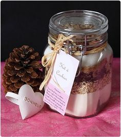 des cookies au chocolat noir, avoine et noisettes! une super recette de chef Nini avec aussi un lien pour les étiquettes. Mason Jar Meals, Mason Jar Gifts, Meals In A Jar, Mason Jars, Gift Jars, Kit Cookies, Cookies Et Biscuits, Homemade Gifts, Diy Gifts