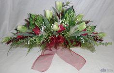Jarní dekorace šála na stůl s aranžmá zelených tulipánů a vínové ...