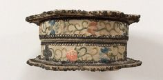 BOÎTE à épingles pour la toilette satin brodé de soie fleurs fruits vers 1730 | eBay