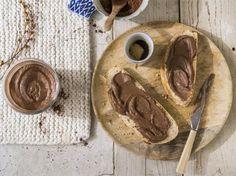 1. Faites tremper les amandes dans du lait d'Amande Alpro ou de l'eau, durant 12 heures. Plus les amandes restent dans le liquide, plus la texture de la pâte...
