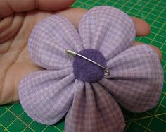 Olá gente! Estive sumida por um tempo, mas agora voltei e prometo postar com mais freqüência! Hoje trago um PAP de uma flor de tecido difere...