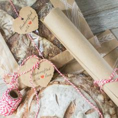 The bread decorating kit includes items for proofing, packaging, and decorating 25 loaves of artisan bread for giving. #breadgiftpackaging #breadgifts #breadgifttags Bread Gifts, Artisan Bread, Food Packaging, Kit, Homemade Breads