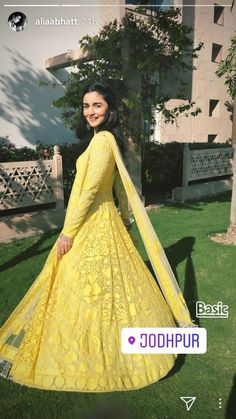 Alia Bhatt Attending Her Best Friend Kripa Mehendi Ceremony Casual Indian Fashion, Indian Fashion Dresses, Dress Indian Style, Indian Designer Outfits, Ethnic Fashion, Pakistani Dresses, Designer Dresses, Pakistani Clothing, Trendy Fashion
