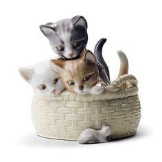 バスケットの周りをうろうろするネズミを、好奇心たっぷりの表情で眺める3匹の子猫。リヤドロをはじめて購入されるお客さまにぴったりの作品です。人生の美しい瞬間や躍動感あふれる生命の姿、ポーセリンアートの秘めた無限の造形美の可能性を追求した作品の数々は、世界中の多くの人々の共感を得るとともに、広く芸術的価値を認められ、ロシアのエルミタージュ美術館など、世界に名だたる美術館に展示・所蔵されています。