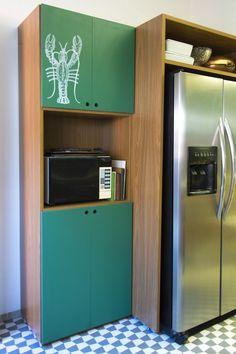 Decora Rosenbaum Temporada 2 - Cozinha. Gabinetes em fórmica de lousa, nicho para geladeira. Foto: Felipe Felco Valle