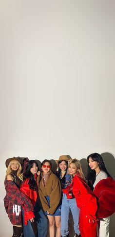 Korea Wallpaper, K Wallpaper, Aesthetic Iphone Wallpaper, Aesthetic Wallpapers, Kpop Girl Groups, Kpop Girls, Neon Heart Light, Soyeon, Kpop Posters