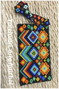 Cartera arte Huichol Huichol Art, South African Design, Beaded Necklace Patterns, Beaded Bags, Bead Jewellery, Bead Art, Perler Beads, Beaded Embroidery, Projects To Try