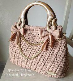 Discover thousands of images about Amazing crochet handbags from Italian designer Fascino di Luna Creazioni Hand Made. Free Crochet Bag, Diy Crochet And Knitting, Crochet Shell Stitch, Crochet Handbags, Crochet Purses, Handmade Handbags, Handmade Bags, Yarn Bag, Diy Tote Bag